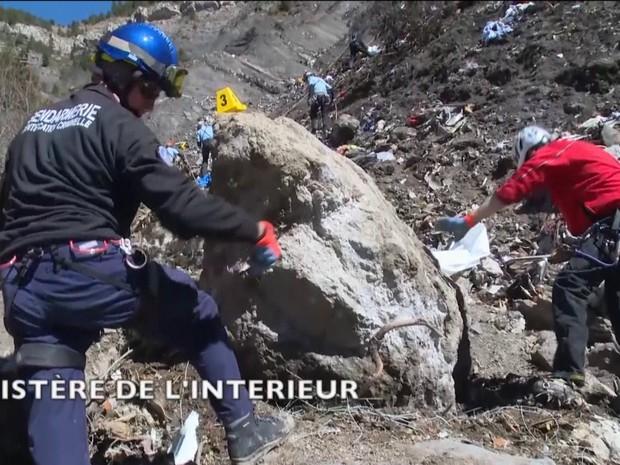 Mau tempo dificulta buscas pela segunda caixa-preta do avião da Germanwings que caiu na França/GNews (Foto: Reprodução GloboNews)