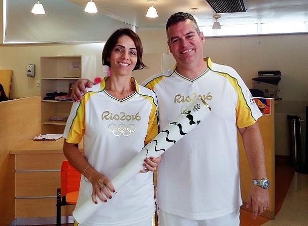 """Carlos e Jaqueline Fernandes, de Angra dos Reis, doaram a tocha olímpica ao ITACI. """"Nosso filho ficaria feliz"""", diz o pai (Foto: Divulgação)"""