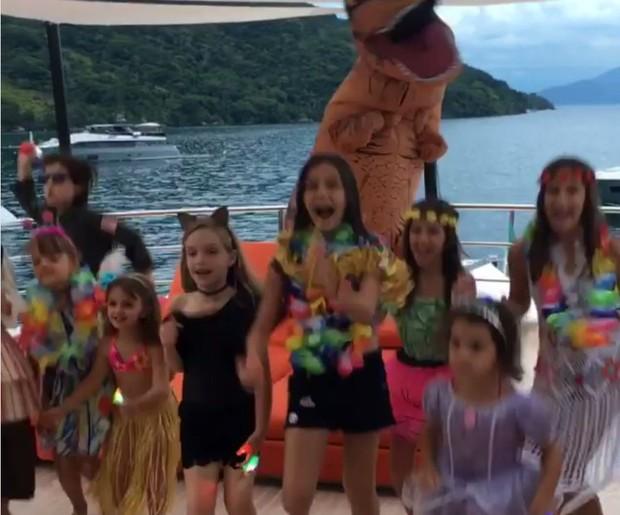 Crianças se divertindo em iate em Angra dos Reis (Foto: Reprodução/Instagram)