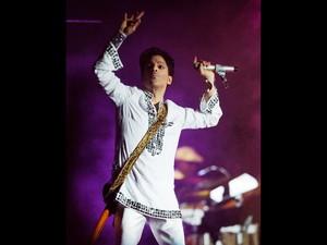 O cantor prince canta durante o segundo dia do festival de música Coachella em Indio, na Califórnia, nos EUA, em foto de abril de 2008 (Foto: Chris Pizzello/AP/Arquivo)