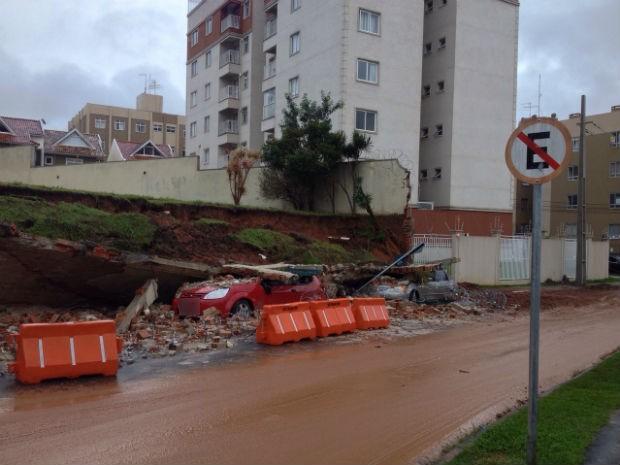Chuva destruiu dois carros no bairro Atuba, em Curitiba  (Foto: Diego Sarza / RPC)