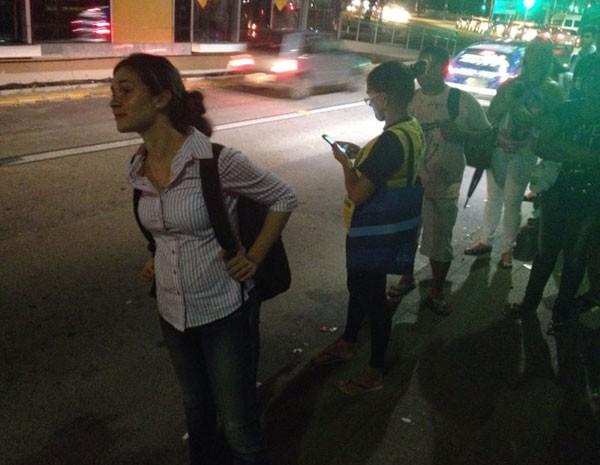 Jornalista Julia Magnoni teve que ir andando do Mercado da Boa Vista até a Praça do Derby para tentar pegar um ônibus para Camaragibe, na Região Metropolitana (Foto: Vitor Tavares/G1)