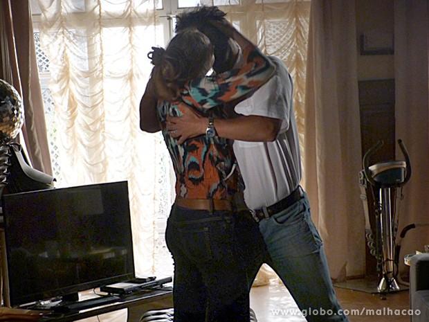 Hernandez se enche de atitude e dá um beijo daqueles em Maura (Foto: Malhação / TV Globo)