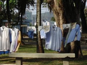 Roupas ficaram expostas na Praça da Biquinha, em São Vicente (Foto: Jane Pangardi / Arquivo Pessoal)
