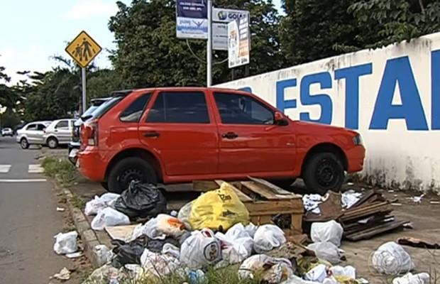 Porta de colégio está cheia de lixo no Setor Pedro Ludovico (Foto: Reprodução/TV Anhanguera)