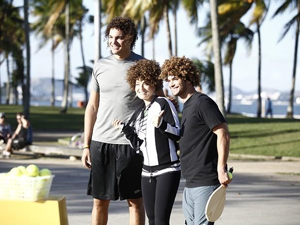 Angélica e Sidney usam peruca que imita cabelo de Varejão (Foto: Estrelas/TV Globo)
