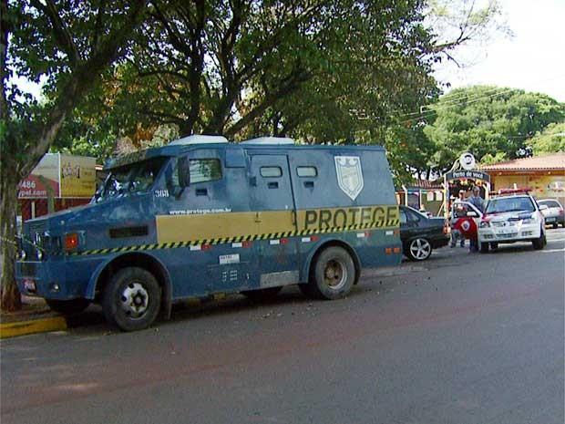 Carro-forte é assaltado por quadrilha armada com fuzis em Campinas (SP) (Foto: Reprodução EPTV)