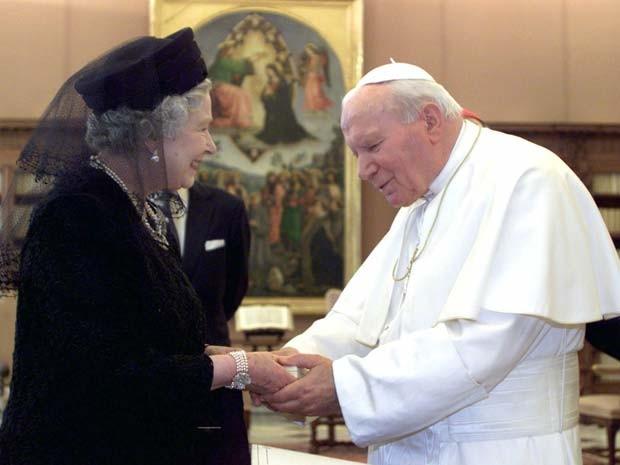 Rainha Elizabeth II encontra o Papa João Paulo II durante visita ao Vaticano no ano 2000 (Foto: AP Photo/Alessandro Bianchi, Pool, File)