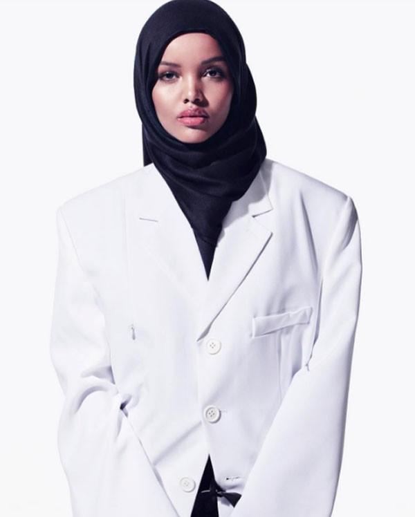 Halima Aden na revista de Carine Roitfield (Foto: Reprodução)