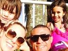 Vitor Belfort e Joana Prado passam tarde de sol com os filhos