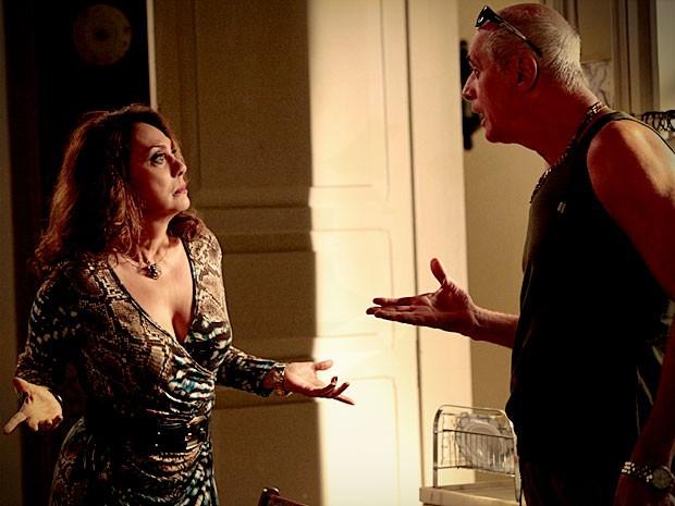 Leleco abre o jogo com Muricy e conta que Tufão ama Nina (Foto: Avenida Brasil / TV Globo)