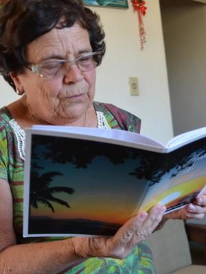 Professora aposentada guarda história e poesias de São Tiago (Foto: Samantha Silva / G1)