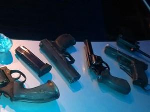 Armas apreendidas com os suspeitos no Santo Agostinho (Foto: Divulgação/Polícia Militar)