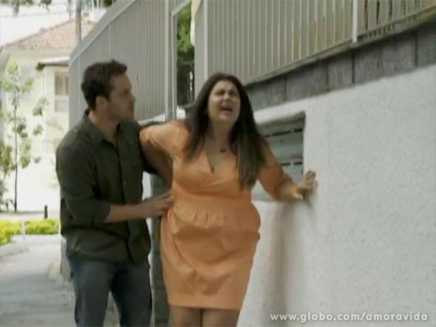 Perséfone sente dores muito fortes ao sair de casa (Foto: Amor à Vida/TV Globo)