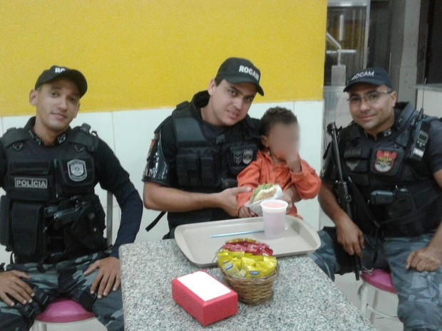 Menino foi encontrado sozinho de madrugada em Caruaru (Foto: Divulgação/Polícia Militar)