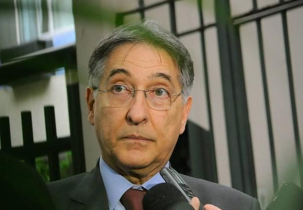 O governador de Minas Gerais, Fernando Pimentel, conversa com jornalistas (Foto: Fernando Frazão/Agência Brasil)