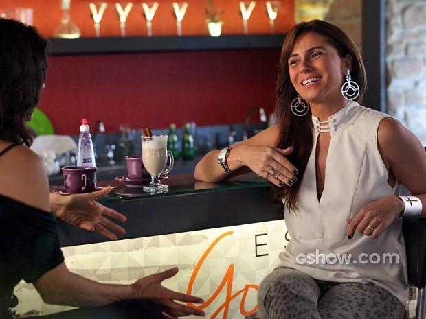Clara se diverte com Verônica (Foto: Carol Caminha/ TV Globo)