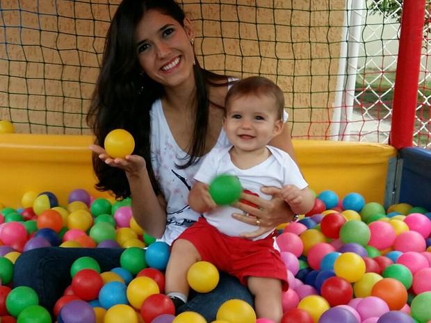 A enfermeira Marília Borges e o filho, Bernardo, de Brasília; experiências do bebê com introdução de cem alimentos saudáveis são compartilhadas em blog (Foto: Marília Borges/Arquivo Pessoal)
