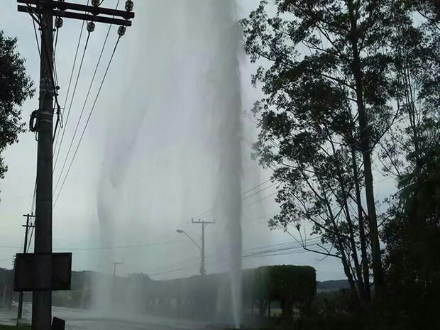 Ruptura da tubulação provocou intenso jato d´água no bairro Saguaçu (Foto: Águas de Joinville/Divulgação)