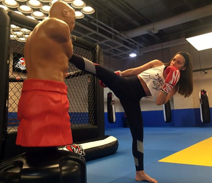Renata Longaray mostra flexibilidade no muay thai (Foto: Arquivo Pessoal)