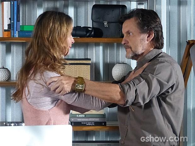 Angelique tenta acalmar LC (Foto: Além do Horizonte/TV Globo)