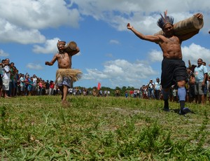 Corrida de tora dos Jogos indígenas da Paraíba (Foto: Larissa Keren / GloboEsporte.com/pb)