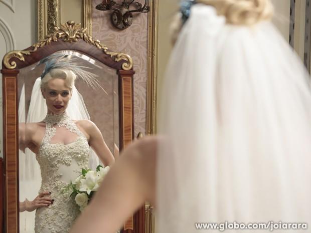 Deslumbrante! Aurora posa com vestido de noiva (Foto: Felipe Monteiro/TV Globo)