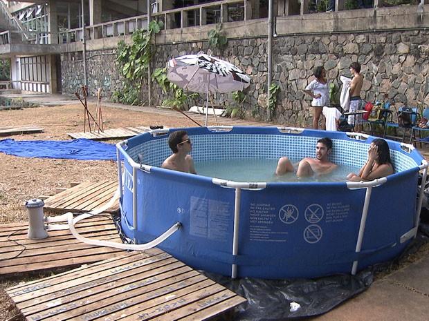 Sempre na luta alunos armam piscina de pl stico na ufba for Piscinas baratas de plastico