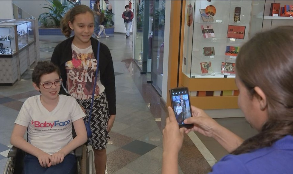 Lorena se encontra com fãs no shopping em Jaú  (Foto: Reprodução / TV TEM )