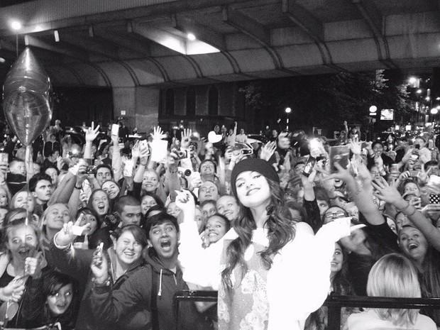 Selena Gomes posa com fãs (Foto: Instagram/ Reprodução)