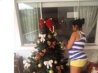 Grávida, Mulher Moranguinho decora a árvore de Natal