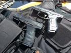 Armas e fardas da PM são apreendidas dentro de carro no AP