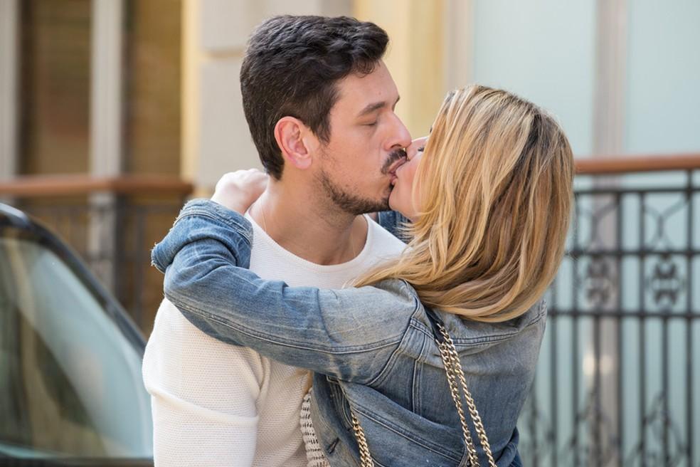 Diana e Lázaro resolveram se assumir para o mundo, logo em frente à casa de Gui. Os dois se beijam na porta do prédio do roqueiro e ele leva um susto ao ver o novo casal  (Foto: Felipe Monteiro/Gshow)