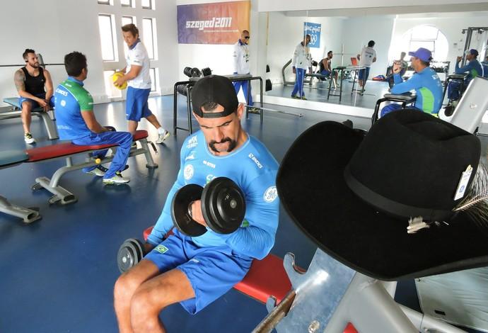 Chapéu de caubói sempre acompanha Fernando Rufino. Até mesmo na academia (Foto: Flickr / Confederação Brasileira de Canoagem)