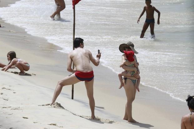 Mateus Solano e a mulher, Paula Braun, com a filha do casal, Flora, na Prainha, no Rio (Foto: Dilson Silva/AgNews)