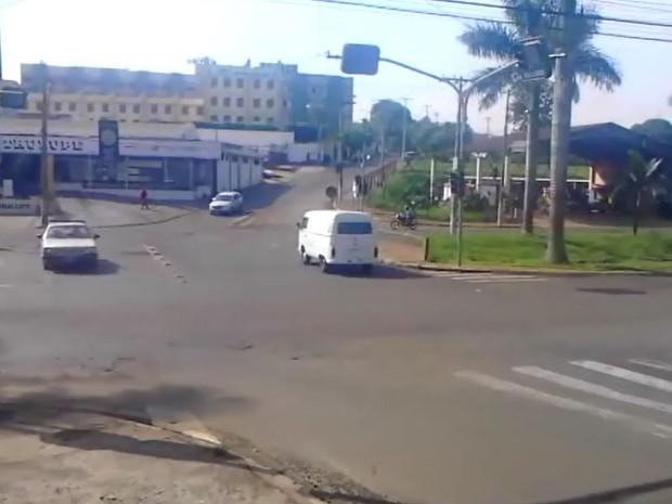 Motoristas tentam cruzar avenida com semáforo apagado em Jaboticabal, SP (Foto: Kesley de Souza Rosa/VC no G1)