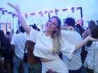 Solteira, ex-BBB Maria Claudia curte show de dupla sertaneja no Rio