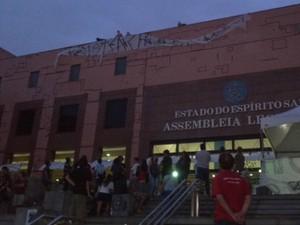 Militantes ajeitando faixa colocada na frente da Ales (Foto: Juliana Borges/ G1 ES)