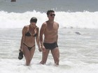Danielle Winits vai com o namorado e o filho Guy à praia