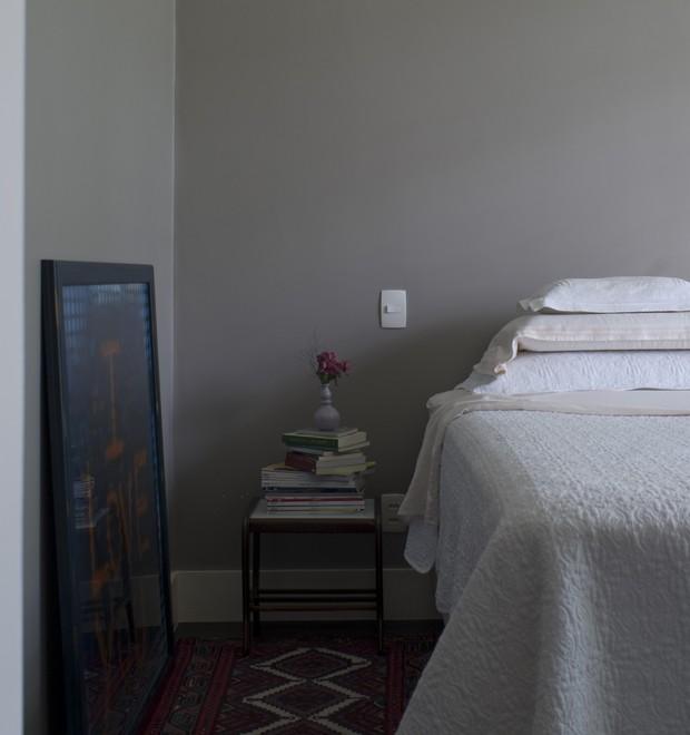O quarto é o único ambiente de cores neutras. Cama, da Sealy, com roupa de cama Casa Almeida. Tapete Persa, da Vitrine (Foto: Celia Weiss/Divulgação)