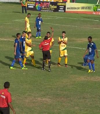 Volante recebe dois amarelos em dois minutos (Foto: TV Clube)