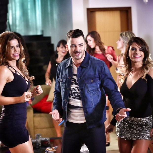 Cacau e Babi Rossi com o cantor Heitor Landen em gravação de clipe em Goiânia (Foto: Rubens Cerqueira/ Divulgação)