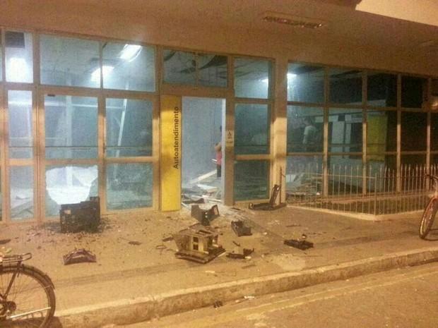 Agência do Banco do Brasil de Capela ficou completamente destruída (Foto: Ana Carla Barreto/Arquivo Pessoal)