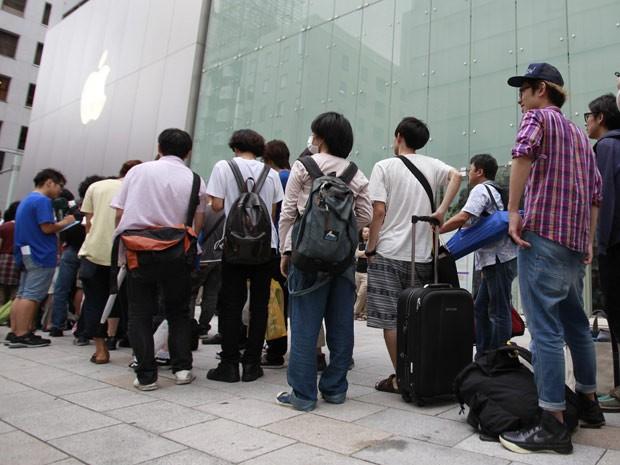 Centenas de pessoas ainda permanecem na gigantesca fila para conseguir levar para casa o aparelho da Apple, em Tóquio. O novo modelo será lançado em outros 28 países no dia 28 de setembro, incluindo Itália, Holanda, Portugal, Espanha e Suécia. No Brasil, a expectativa é que o iPhone 5 chegue ao mercado entre novembro e dezembro. (Foto: Yuriko Nakao/Reuters)