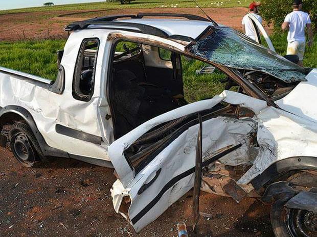 Três pessoas ficam feridas em colisão frontal em rodovia de Iacri