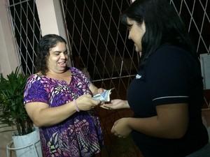 Katherine o troco de R$ 43,55 das contas de água e luz (Foto: Felipe Gibson/G1)