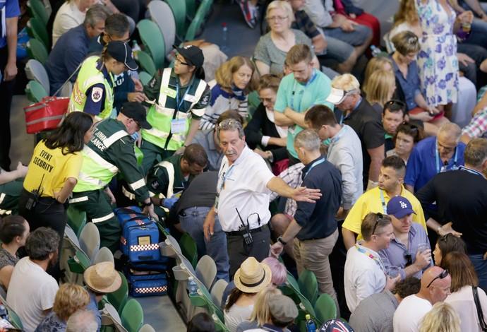 Nigel Sears entra em colapaso, com suspeita de ataque cardíaco, e é encaminhado para hospital (Foto: Getty Images)