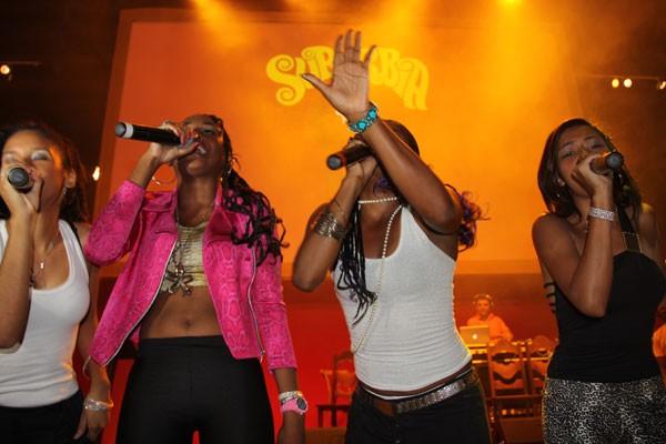 Atores do elenco se apresentaram no palco, como as meninas do Pérolas Negras (Foto: TV Globo)