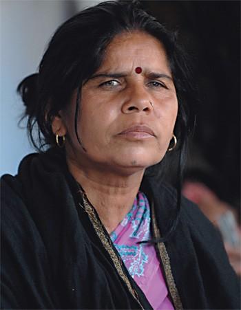 LÍDER DE GANGUE Sampat Pal Devi em sua casa, na Índia. Ela e 40 mil seguidoras perambulam pelas áreas rurais do país para evitar agressões contra as mulheres. (Foto: Stevens Frederic/Sipa/Newscom)