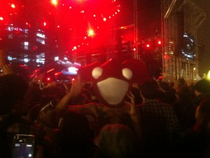 Fã usa 'cabeça de rato' de espuma, que imita o capacete de Deadmau5, durante apresentação do DJ no Lollapalooza (Foto: G1)